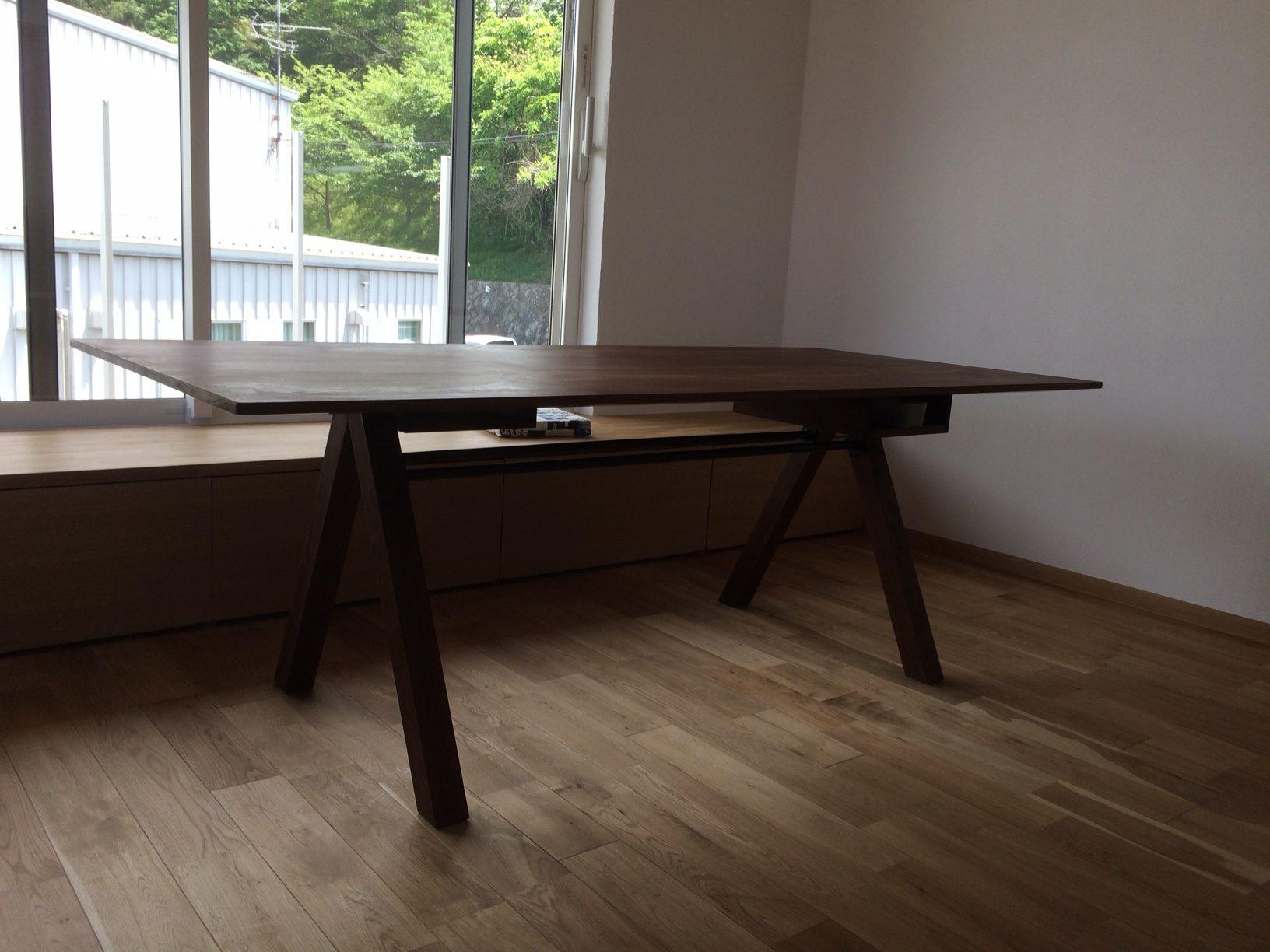 ウォールナットのダイニングテーブル